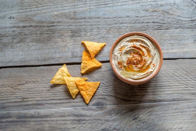 Eine schüssel hummus mit corn chips