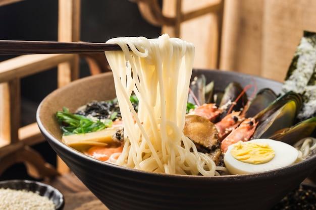 Eine schüssel japanische meeresfrüchte ramen