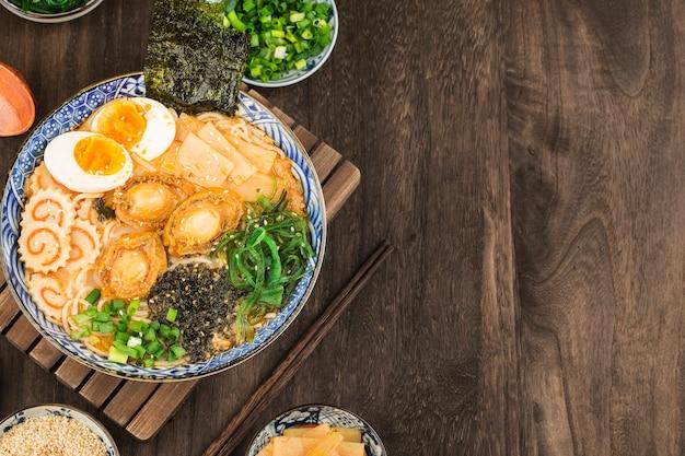 Eine schüssel japanischer abalone ramen