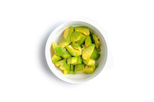 Eine schüssel mit avocadoscheiben isoliert auf weißem hintergrund