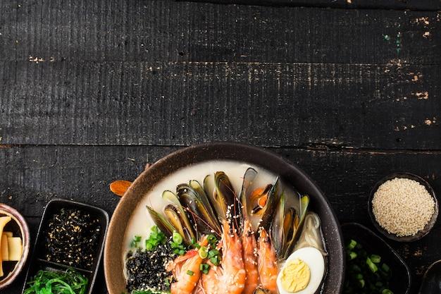 Eine schüssel mit japanischen ramen mit meeresfrüchten