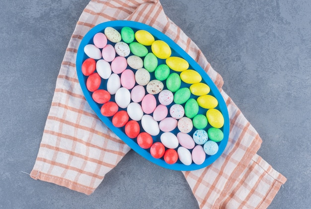 Eine schüssel mit keksen auf dem handtuch, auf dem marmorhintergrund.
