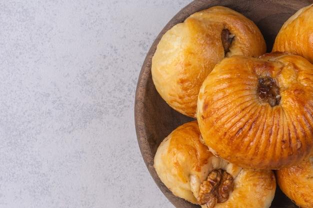 Eine schüssel mit köstlichen keksen auf dem marmorhintergrund.