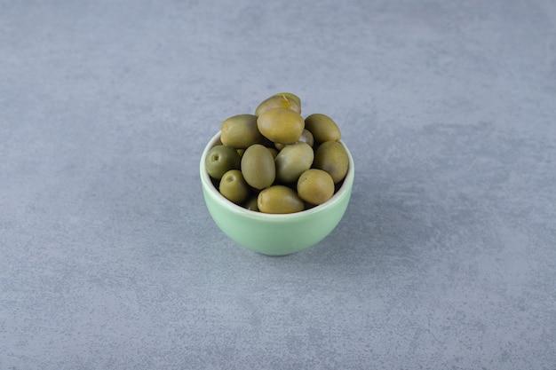 Eine schüssel mit rohen oliven