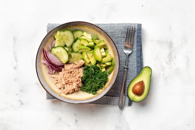 Eine schüssel mit thunfisch- und avocadosalat