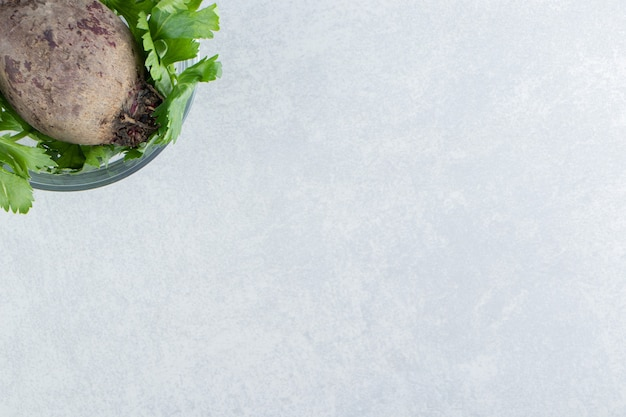 Eine schüssel rettich mit petersilie, auf dem marmorhintergrund.