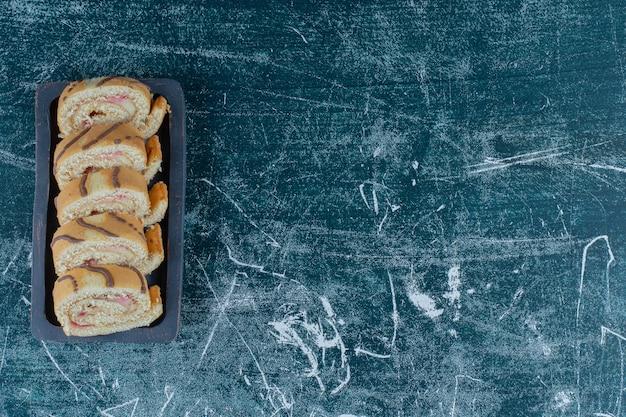 Eine schüssel stück kuchen auf dem blauen hintergrund. hochwertiges foto