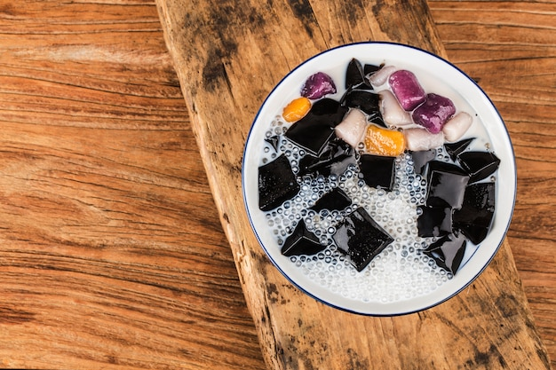 Eine schüssel traditionelle bonbons der chinesischen kräuterfrucht