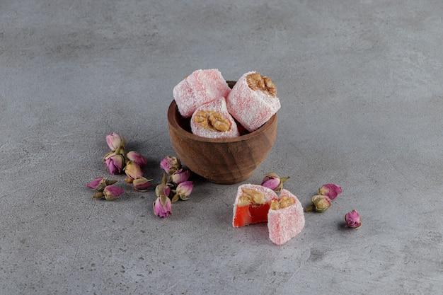 Eine schüssel voller traditioneller türkischer köstlichkeiten mit mimosenblüte
