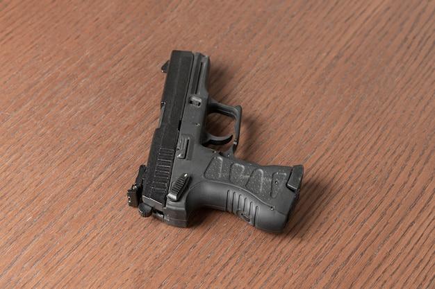 Eine schwarze 9mm moderne feuerwaffenpistole des polizisten isoliert