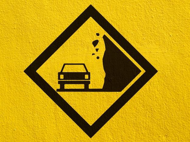 Eine schwarze deer-verkehrswarnung, die draußen auf eine stuckwand gemalt ist Premium Fotos