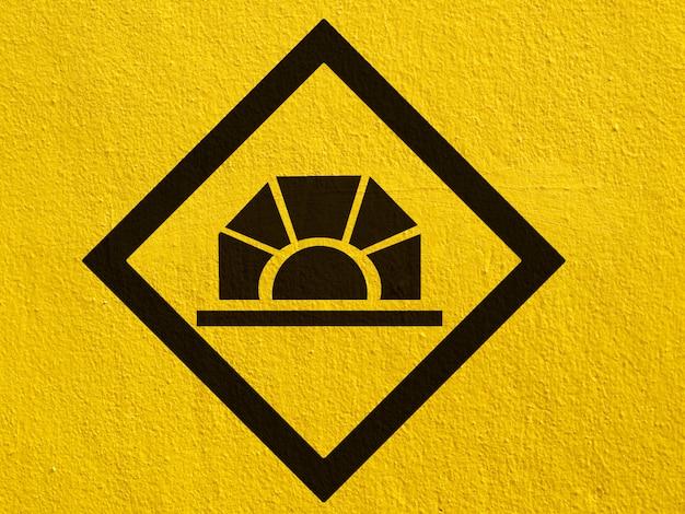 Eine schwarze deer-verkehrswarnung, die draußen auf eine stuckwand gemalt ist