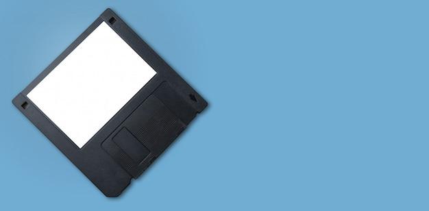 Eine schwarze diskette mit weißem etikett und blau