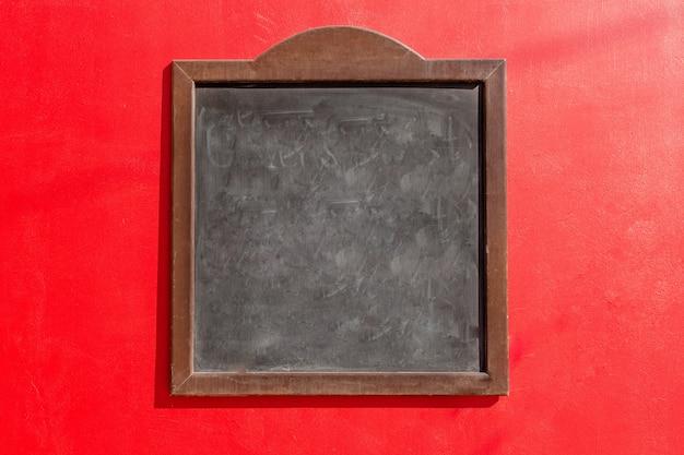 Eine schwarze tafel und ein roter hintergrund