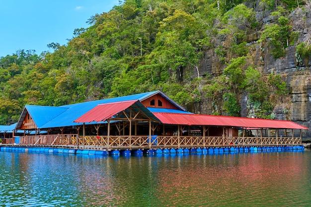 Eine schwimmende fischfarm auf der insel langkawi in malaysia.