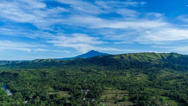 Eine sehr schöne aussicht auf den berg seulawah agam