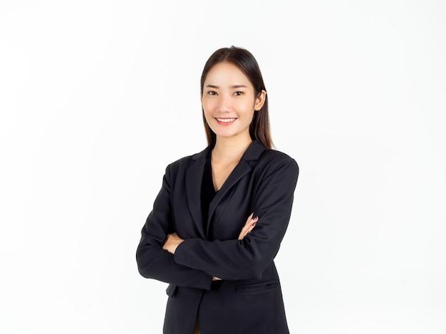 Eine selbstbewusste hübsche junge asiatische geschäftsfrau im schwarzen anzug mit glücklichem lächeln