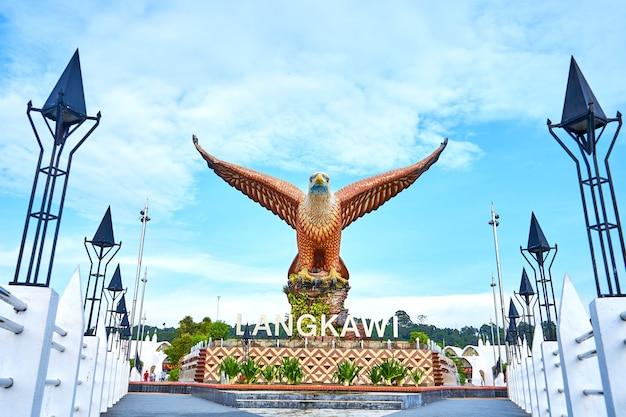 Eine skulptur eines roten adlers, der seine flügel ausbreitet. beliebter touristenort auf der insel langkawi. langkawi, malaysia - 21.06.2020