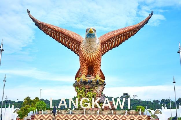 Eine skulptur eines roten adlers, der seine flügel ausbreitet. beliebter touristenort auf der insel langkawi