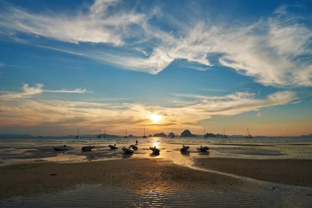 Eine sonnenuntergangansicht vom tubkaak strand, krabi, thailand.