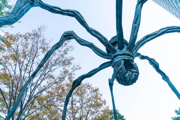 Eine spinnenskulptur von louise bourgeois, gelegen an der basis des mori-turmgebäudes in roppongi hills