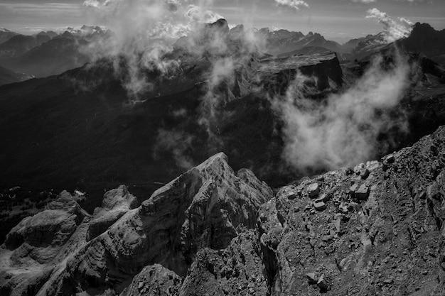 Eine spitze eines berges mit natürlichem rauch