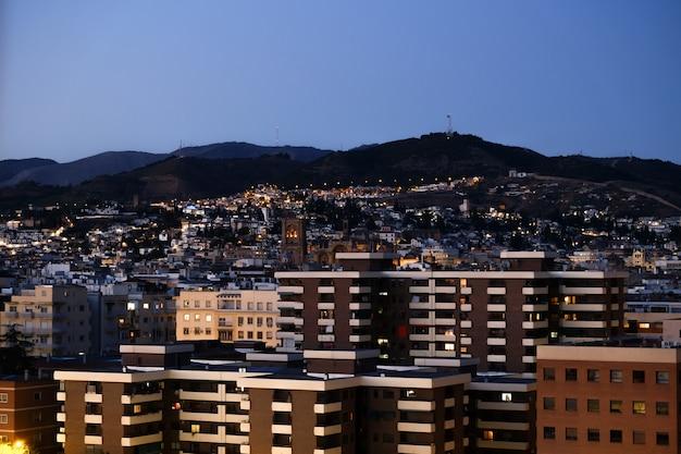 Eine stadtbildansicht von granada am abend nach sonnenuntergang.
