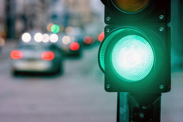 Eine stadtüberquerung mit einem semaphor. grünes licht im semaphor