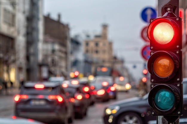 Eine stadtüberquerung mit einem semaphor. rotes licht im semaphor
