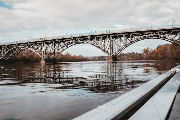 Eine stahlbrücke über einen fluss