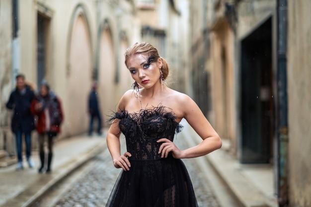 Eine stilvolle braut in einem schwarzen hochzeitskleid in der alten französischen stadt avignon.
