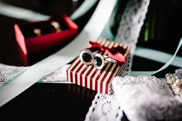 Eine stilvolle brauthochzeitsbänder und ein strumpfband