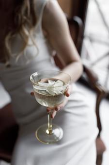 Eine stilvolle moderne braut in einem weißen kleid mit einem ausschnitt ein konzeptbild ein trendiges bild der braut