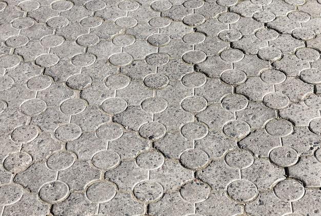 Eine straße aus betonfliesen für den fußgängerverkehr auf dem bürgersteig