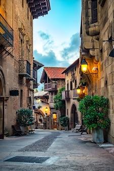 Eine straße der mittelalterlichen stadt in europa.
