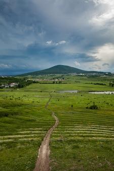 Eine straße in einer wunderschönen naturlandschaft mit einem berg