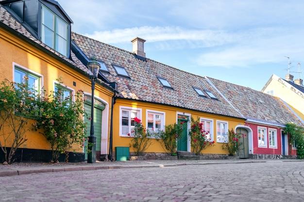 Eine straße mit alten häusern in der innenstadt von lund in schweden, skane