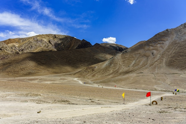 Eine straße zum schönen magnetischen hügel in leh, ladakh, indien
