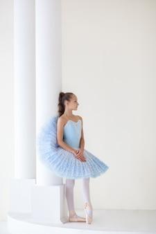Eine süße ballerina im ballettkostüm und in pointe