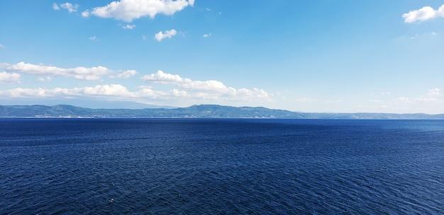 Eine szene des blauen himmels und des meerblicks
