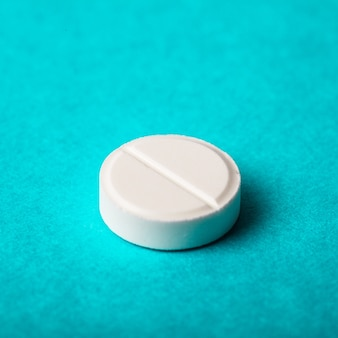 Eine tablette nahaufnahme auf hintergrund mit packung pille