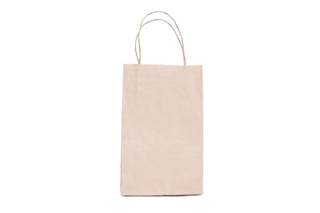 Eine tasche des aufbereiteten papiers auf einem weiß getrennt.