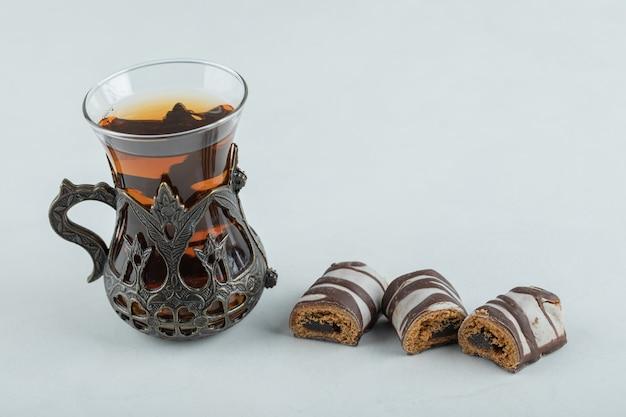 Eine tasse aroma-tee mit schokoriegeln.