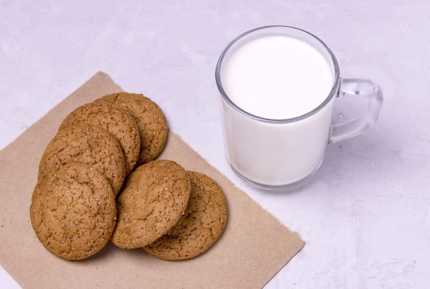 Eine tasse buttermilch und haferflockenkekse