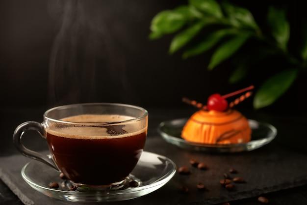 Eine tasse duftenden frisch rezeptfreien kaffee mit einem leckeren hausgemachten kuchen auf dem tisch