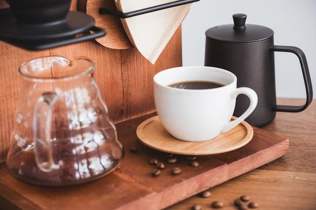 Eine tasse filterkaffee und ausrüstung