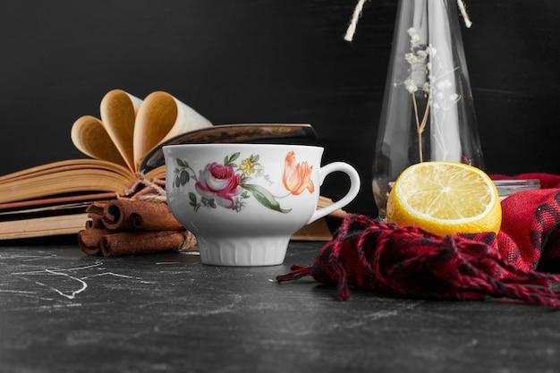 Eine tasse getränk mit zitrone.
