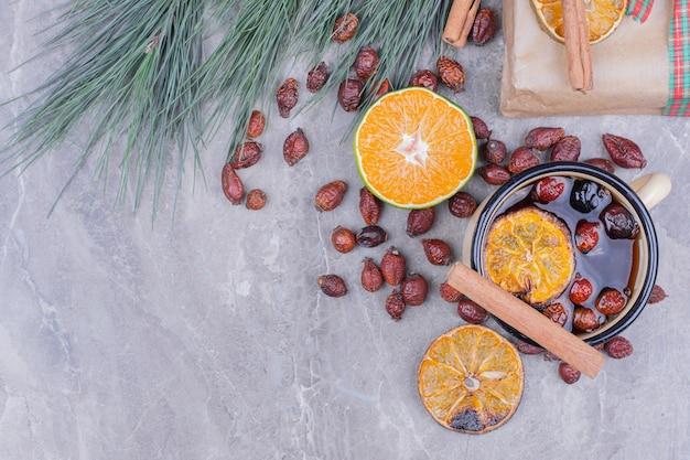 Eine tasse glitzern mit früchten und gewürzen