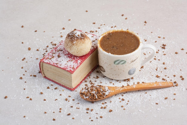 Eine tasse heißen kaffee mit löffel und und su8gar auf weißem hintergrund. foto in hoher qualität