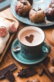 Eine tasse heißen kakao auf dem tisch. desserts und süßigkeiten. urlaub und romantik. valentinstag